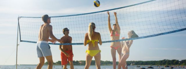 15_29_15_group_of_friends_playing_in_beach_volleyball